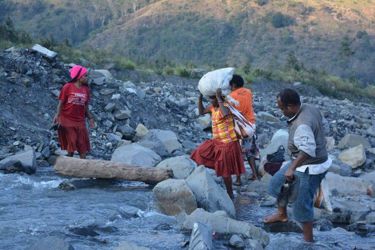 trekking highlands papua